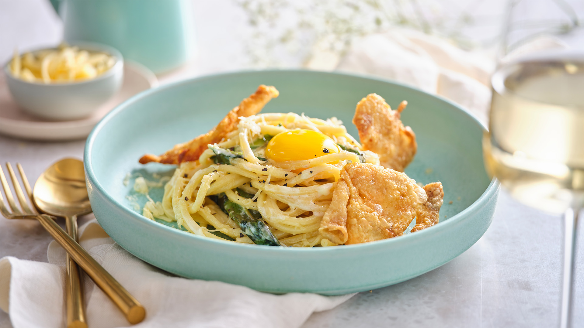Schmaltz Carbonara in a blue round bowl